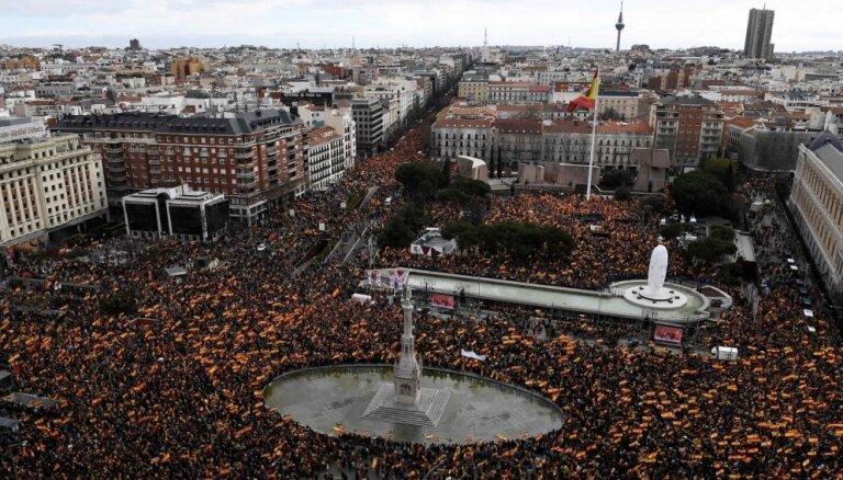 Миллионы испанцев требуют от правительства сохранить единство страны