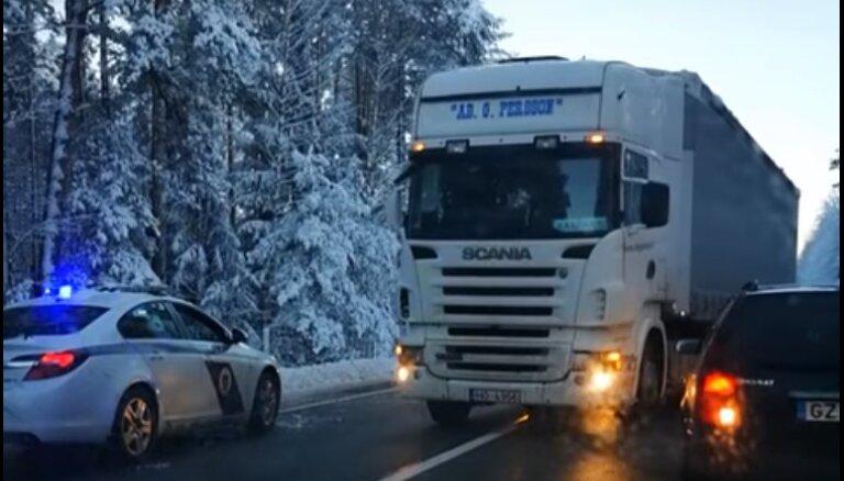 """ВИДЕО: """"Фура внаглую прет на бедный Volkswagen, а полицейские сидят в теплой машине"""""""