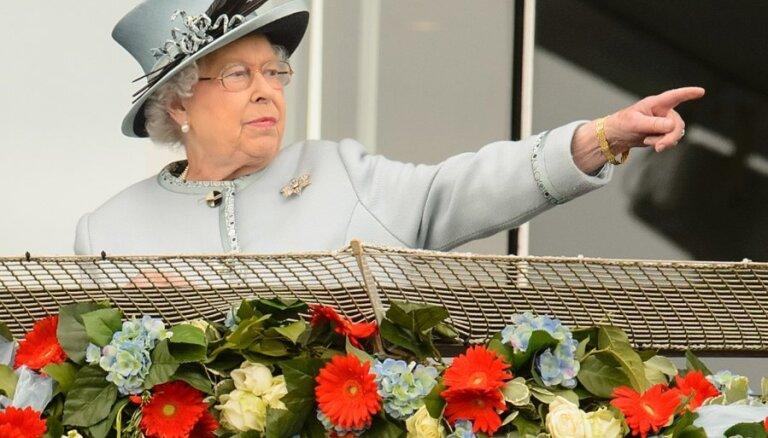 """Дворец отреагировал на кадры с отдающей """"нацистское"""" приветствие королевой"""