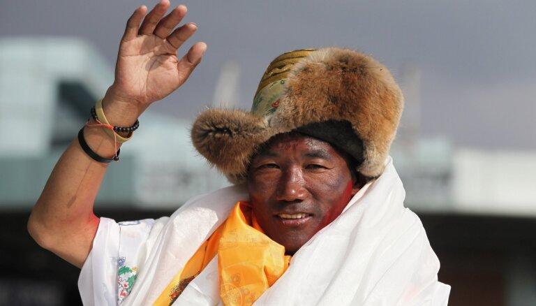 Nepālas šerpa uzstāda jaunu Everesta iekarošanas rekordu