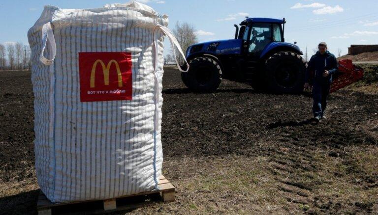Foto: Kā Krievijā novāc 'McDonald's paredzēto kartupeļu ražu