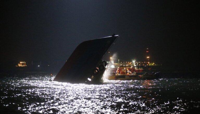 Паром врезался в судно и затонул: более 35 погибших