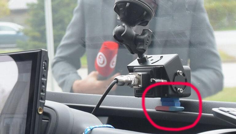 Камера видеонаблюдения за 50 тысяч евро в новом патрульном авто закреплена тремя школьными ластиками