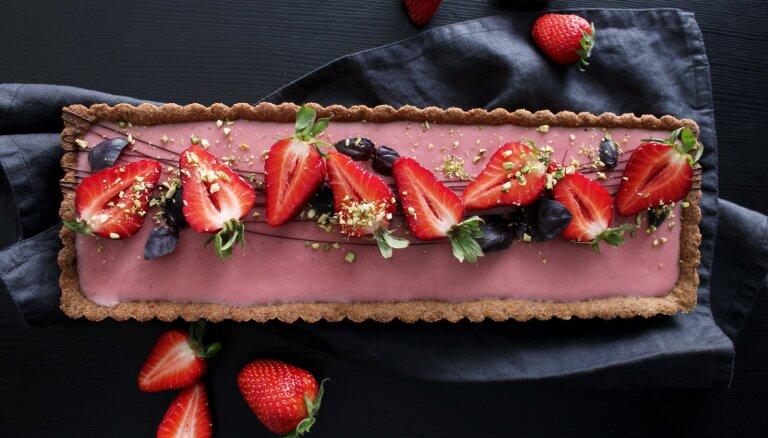 Vegāniskā mandeļu miltu kūka ar zemeņu krēma pildījumu