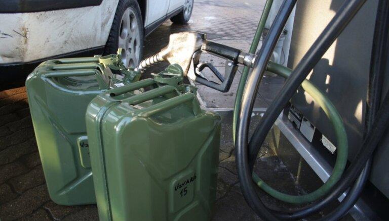 На латвийских автозаправках подорожало топливо