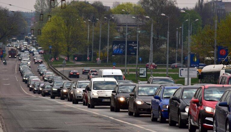 Slēgtā Deglava tilta apkārtnē un citviet pilsētā veidojas sastrēgumi