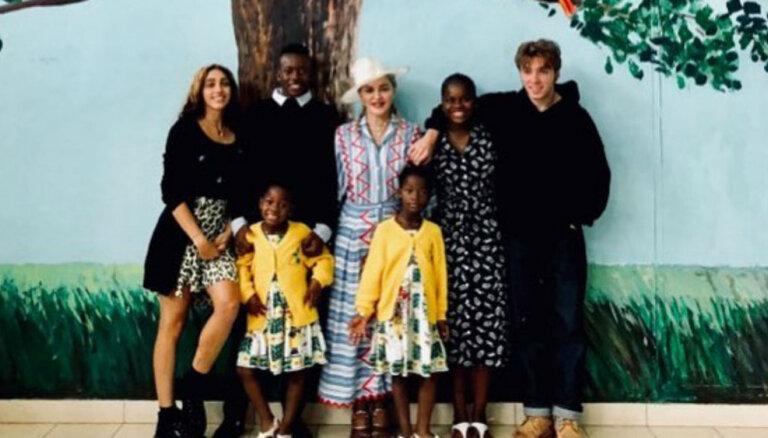 Madonna palepojas ar saviem sešiem bērniņiem