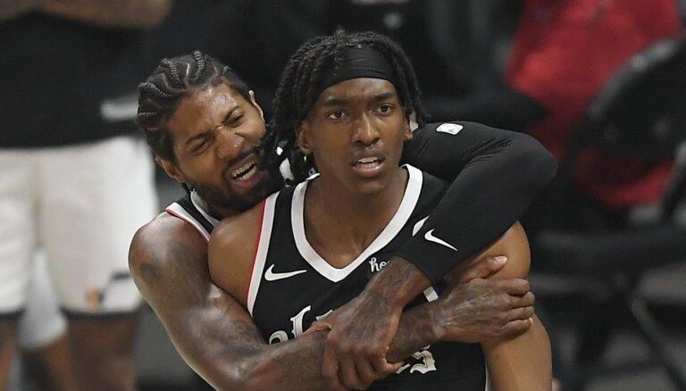 'Clippers' atspēlējas no -25 un uzvar sēriju; '76ers un 'Hawks' aizvadīs septīto spēli