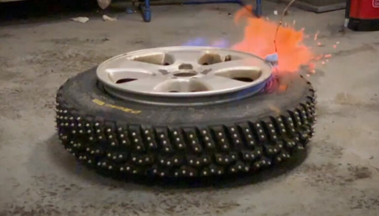 'Ātruma cilts' video: Timrots eksperimentē, spridzinot riepu