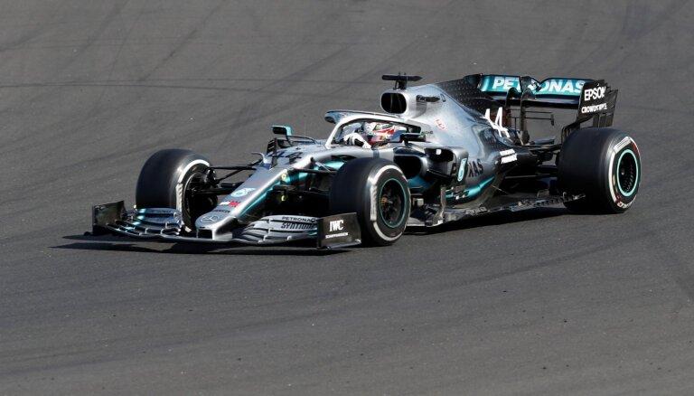 'Mercedes' boksu stratēģija atnes Hamiltonam kārtējo uzvaru