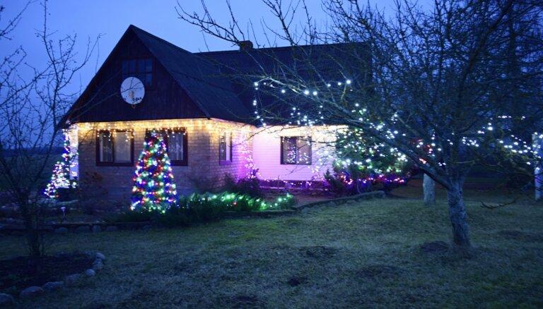 Gremdējoties atmiņās par Ziemassvētkiem: skaistākie namu rotājumi Preiļu pusē