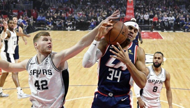 Bertāna pārstāvētā 'Spurs' pārspēj 'Clippers'; Kuruca 'Nets' zaudē 'Bucks'