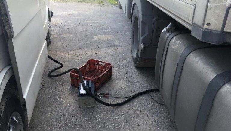Foto: Rīgā uziet nelegālu degvielas tirdzniecības vietu