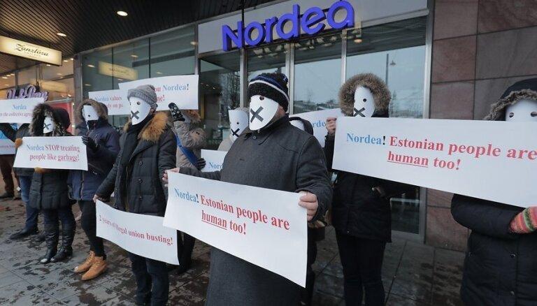 ФОТО: Работники эстонских банков надели маски и провели в Стокгольме пикет