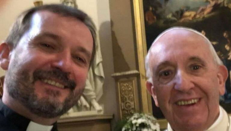 Ļaudis sajūsmina arhibīskapa Vanaga selfijs ar pāvestu