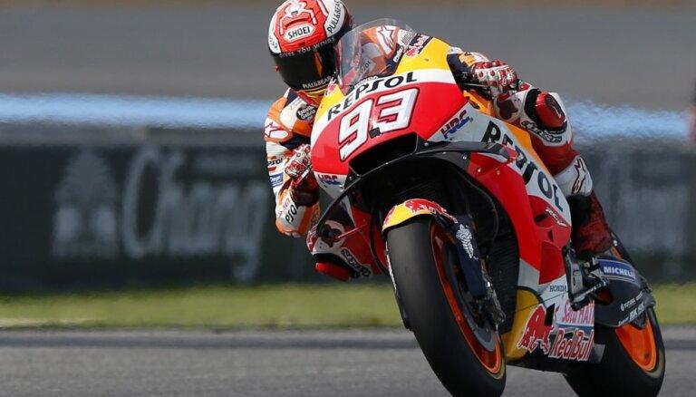 'MotoGP' čempions Marks Markess izcīna dramatisku uzvaru Taizemē