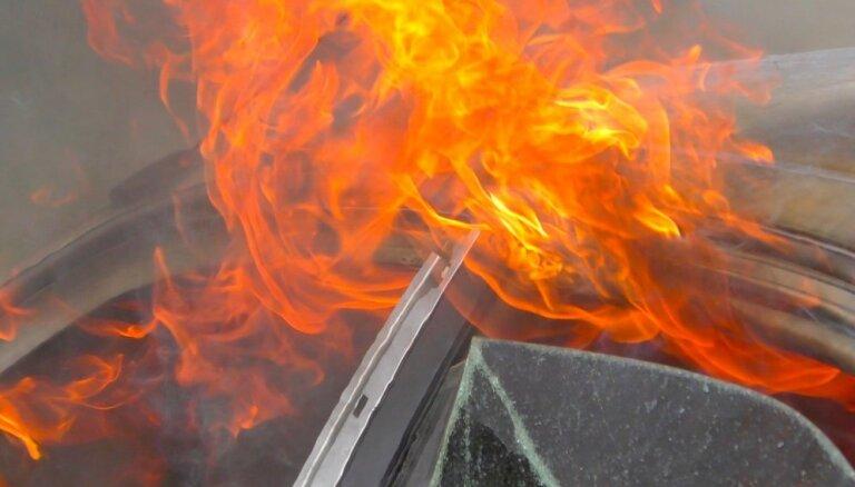 В Кулдигском крае опять поджигают автомобили. В этот раз, возможно, горел автомобиль прокурора