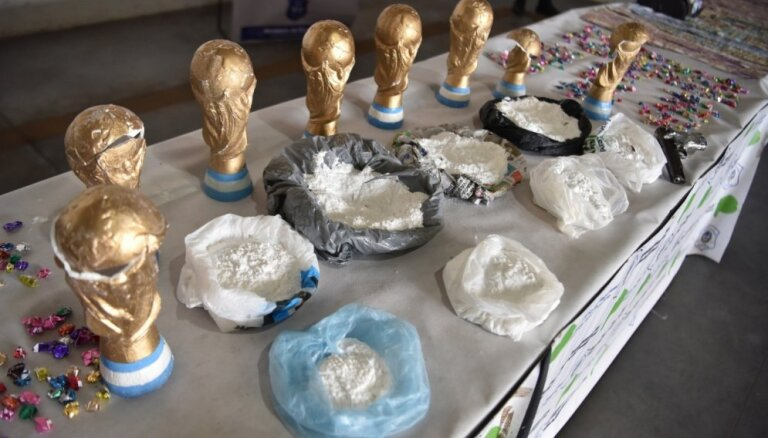 Policija Argentīnā atradusi kokaīnu viltotās 'Pasaules kausa futbolā' trofejās