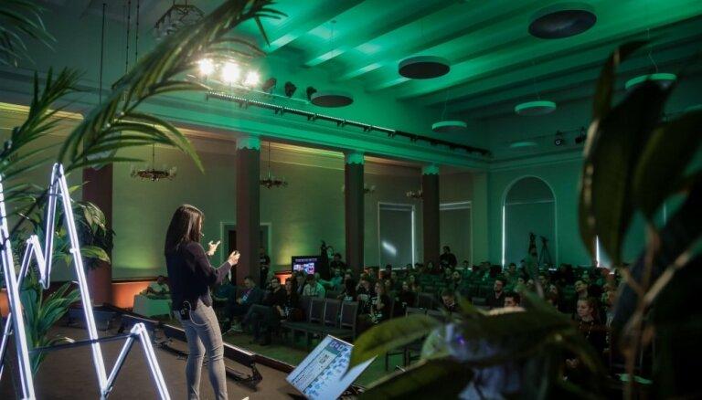Foto: Konferencē 'TechChill' turpina pulcēties tehnoloģiju un startapu entuziasti