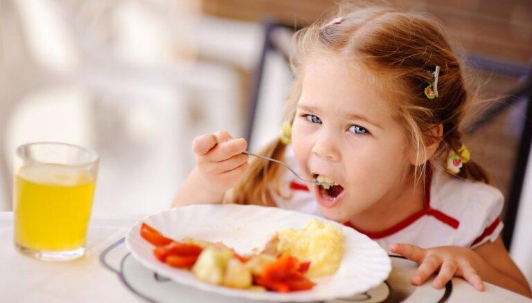 Kāpēc saulainās dienās jūtamies priecīgi, bet mākoņainās – īgni? 6 soļu uztura plāns garastāvokļa uzlabošanai