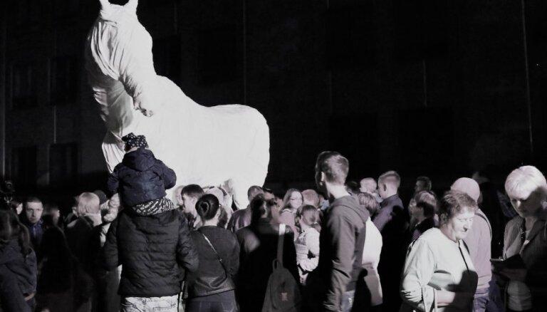 Foto: Daugavpils cietoksnī atklāta Rotko centra spoku zirga skulptūra