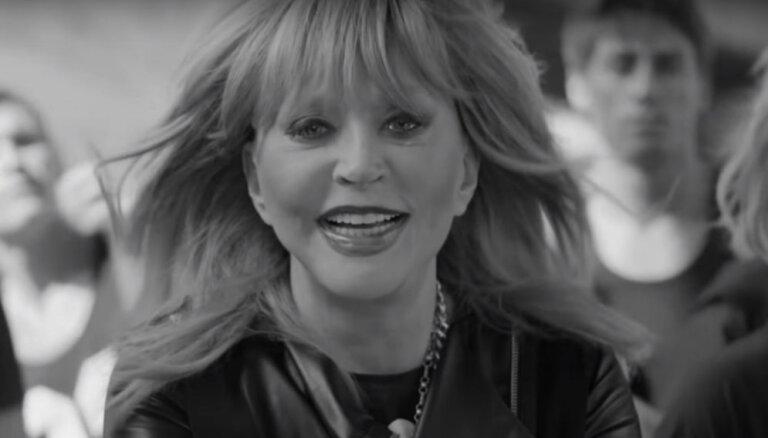 Alla Pugačova žilbina krievu dziedātāja videoklipā