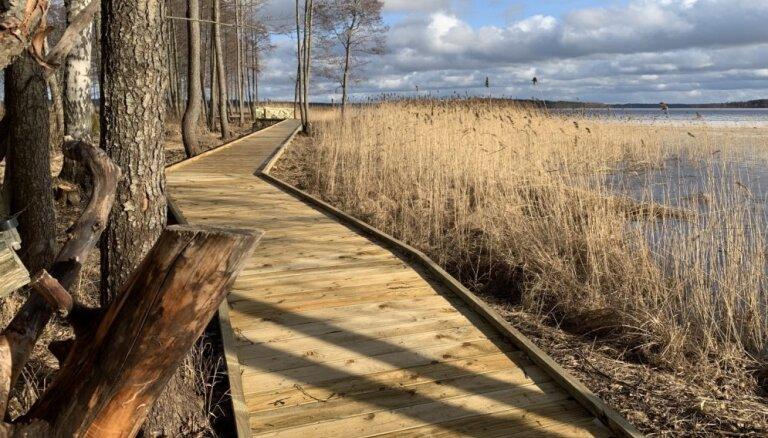 Foto: Usmas Elkraga dabas taka, kas izvijusies gar ezeru