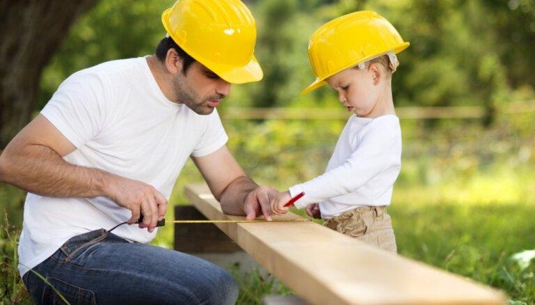 Aptauja: Tēvs galvenokārt iemāca praktiskas iemaņas