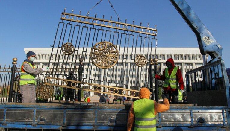 Foto: Biškekā simboliski nojauc Baltā nama žogu