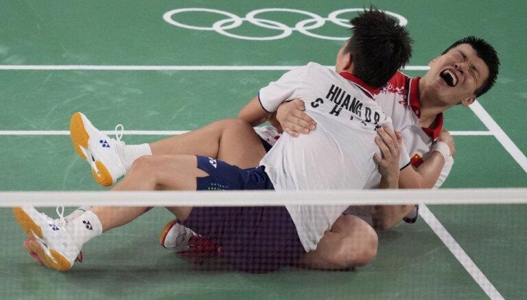 Badmintonā jaukto pāru dubultspēlē olimpisko zeltu negaidīti izcīna Ķīnas duets Vans un Huana
