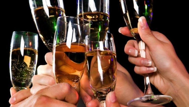 Akcīzes nodoklis alum, vīnam un citiem alkoholiskajiem dzērieniem pieaugs no jūlija, plāno Saeima