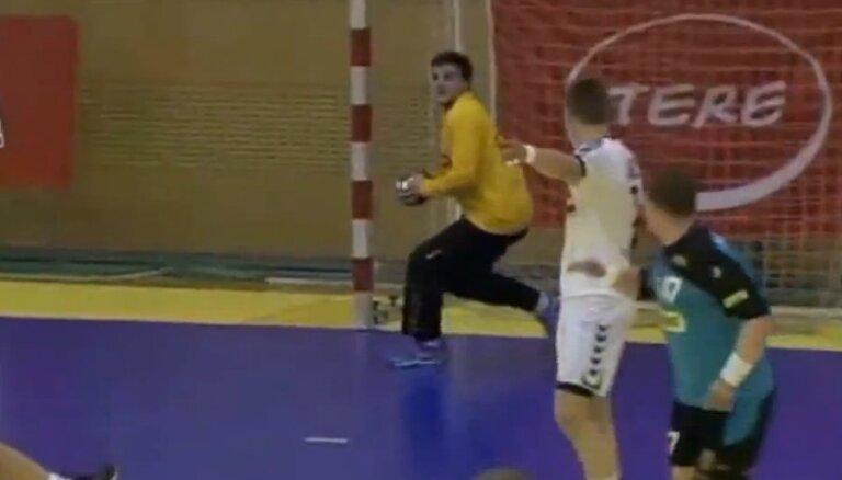 Video: Latvijas handbola izlases vārtsargs izceļas ar precīzu metienu pret Igauniju
