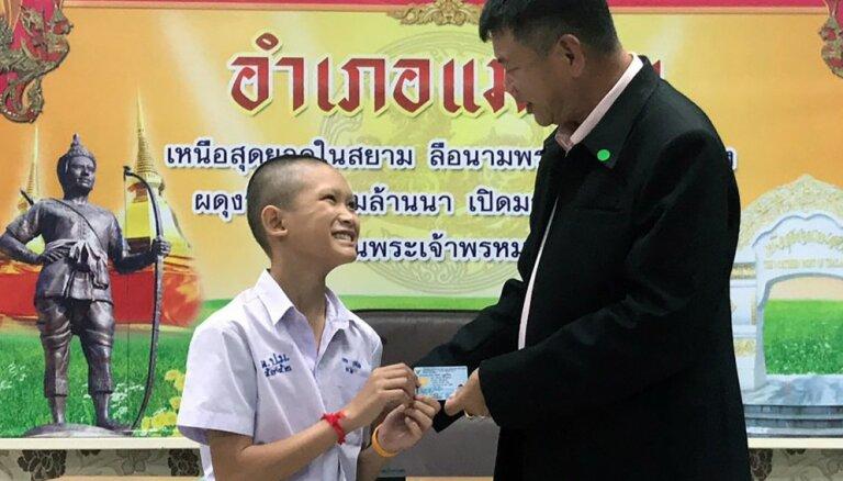 Foto: Taizemes alā izglābtajiem puišiem un trenerim piešķirta pilsonība