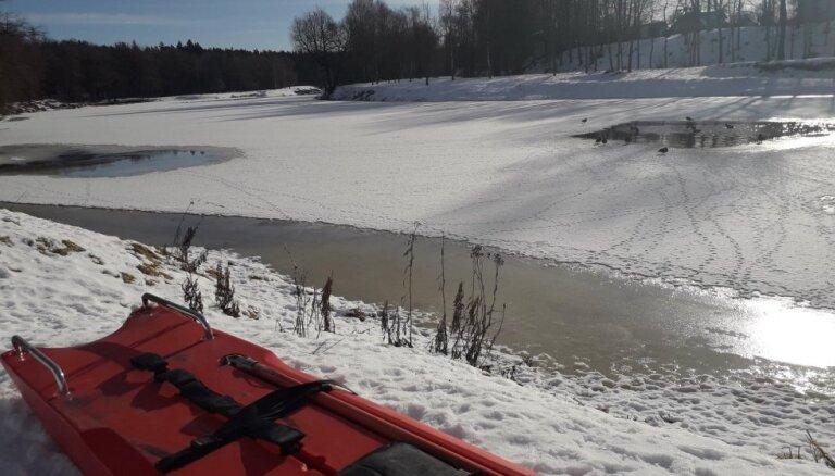 На озере Юглас утонул любитель зимней рыбалки