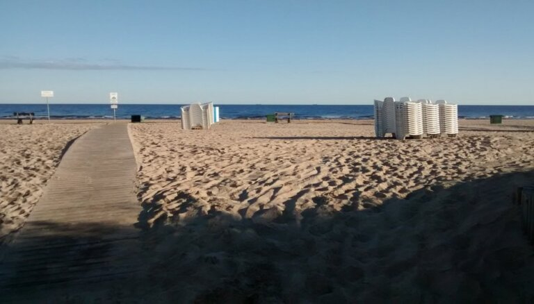 Par pludmales zviļņiem – milzu maksa; čekus neizsniedz, sašutušas atpūtnieces