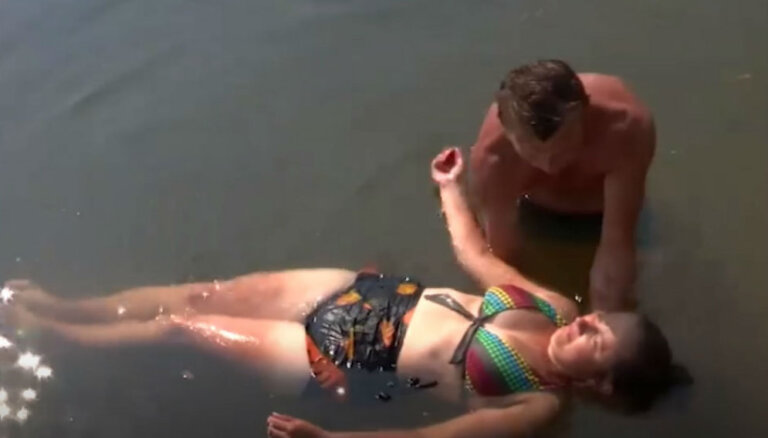 'Lauku sētas' kaislības: Rasmuss un Sanita dīķī ļaujas flirtam
