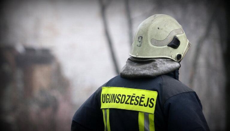 Naktī uz pirmdienu ugunsgrēkā Rīgā izglābts cilvēks