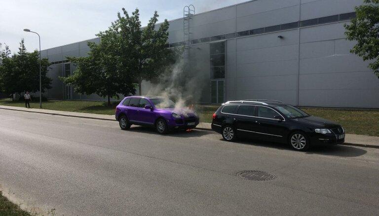 Foto: Rīgā, Rēzeknes ielā sadeg auto