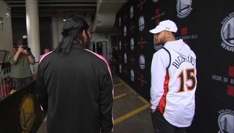 Звезда НБА Карри надел майку с фамилией латвийского баскетболиста