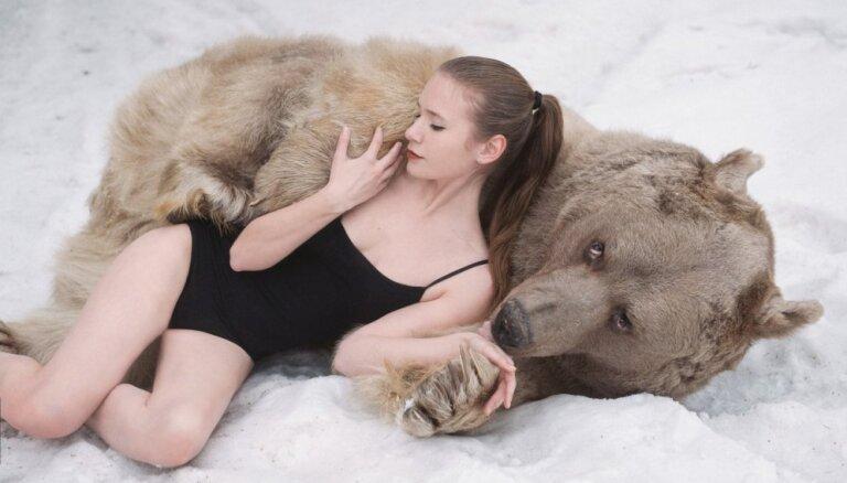 Foto: Krievu daiļavas pozē ar milzu lāci