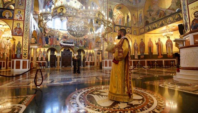 Foto: Pareizticīgie tukšās baznīcās svin Lieldienas