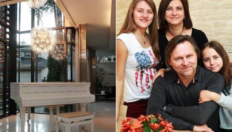 Ciemos: arhitektu māja Mežaparkā, kur dzīvojamā telpa saplūst ar dabu