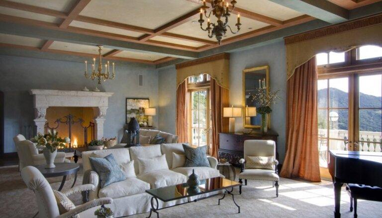 Robina Viljamsa skumju apvītā brīvdienu māja ar privāto skatu torni un ūdenskritumu