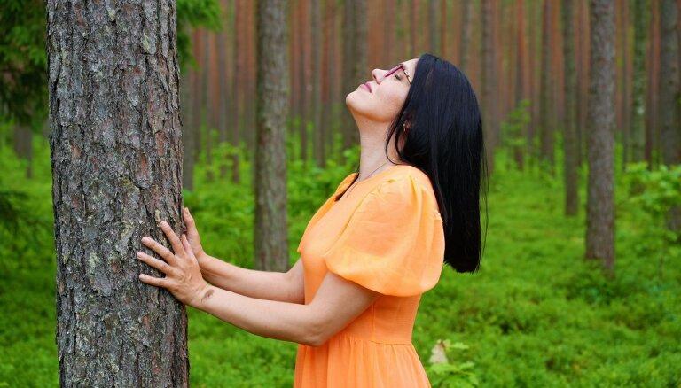 Sajust, izgaršot, sadzirdēt: meža terapijas dziedinošais spēks