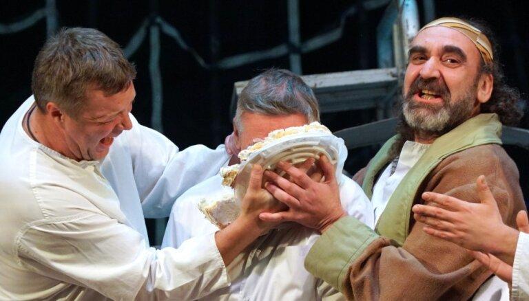 Михаила Ефремова окунули лицом в торт во время спектакля