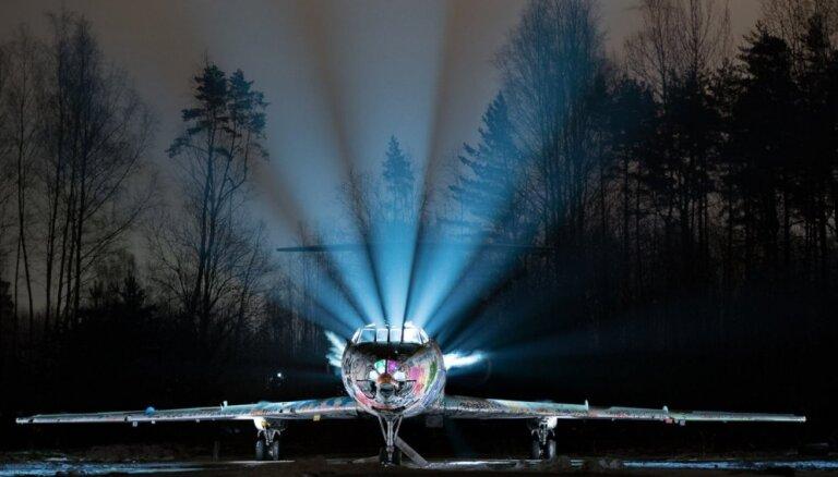 """Фантастические кадры из Скулте: """"оживший"""" в ночи старый заброшенный самолет"""