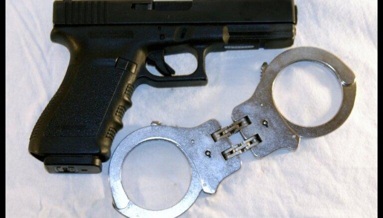 Aiztur rūdītus noziedzniekus par ieroču zādzību no dzīvokļa Jelgavā