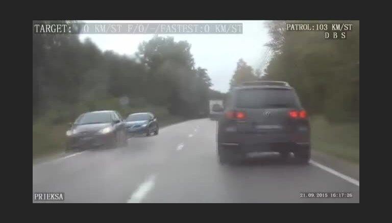 ВИДЕО: убегавший от полиции внедорожник съехал в канаву и перевернулся