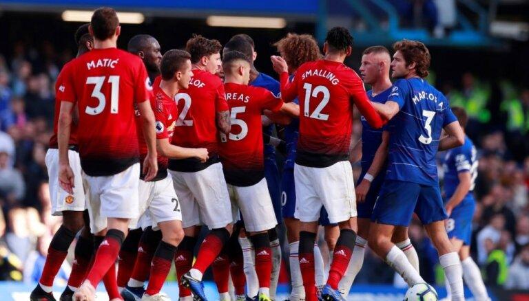 Londonas 'Chelsea' pēdējās minūtēs izglābjas no zaudējuma pret Mančestras 'United'