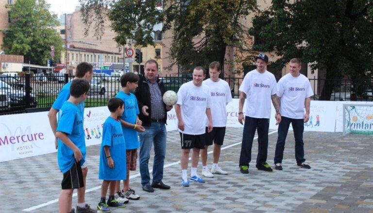 Populāri Latvijas sportisti spēlē minifutbolu ar bērnu nama audzēkņiem